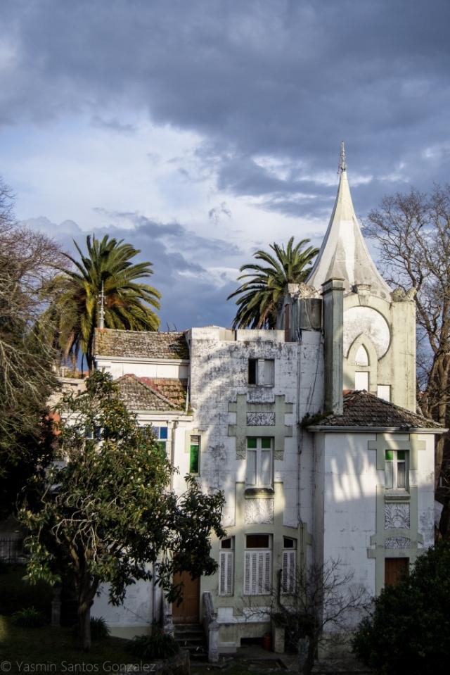 Esta casa, edificada a finales del siglo XIX en lo que hoy es la avenida de Vigo, en Cangas do Morrazo, es un magnífico ejemplo de construcción indiana.