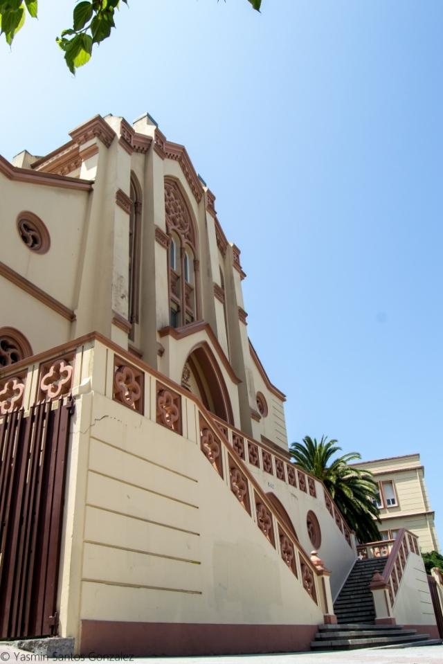 Ocupando uno de los extremos de la Ciudad Jardín el colegio, de estilo neogótico con clara influencia francesa, es obra del arquitecto Leoncio Bescansa. A pesar de las numerosas reformas el cuerpo central mantiene sus características originales.
