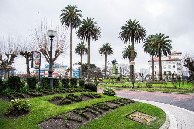 Varios ejemplares se aglutinan en torno al monumento dedicado a la memoria del político Aureliano Linares Rivas. Realizado en bronce y granito por Agustín Querol, fue inaugurado en 1912.