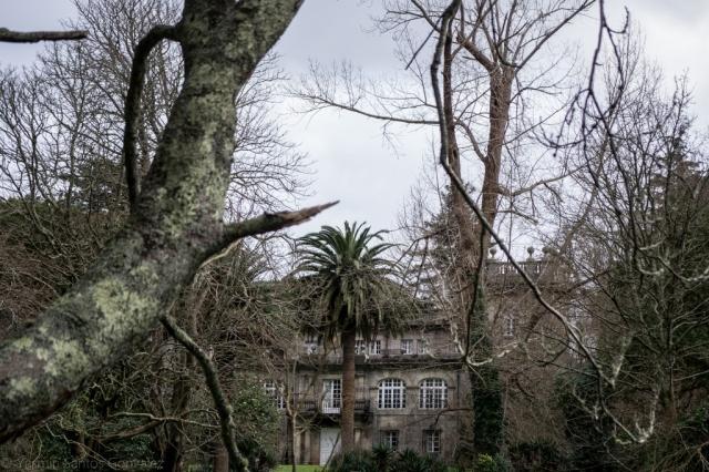 Terminado hacia los años veinte la construcción, que imita el barroco santiagués, incorpora los restos del claustro románico del monasterio de Toxosoutos. Fue durante años sede de un colegio privado.