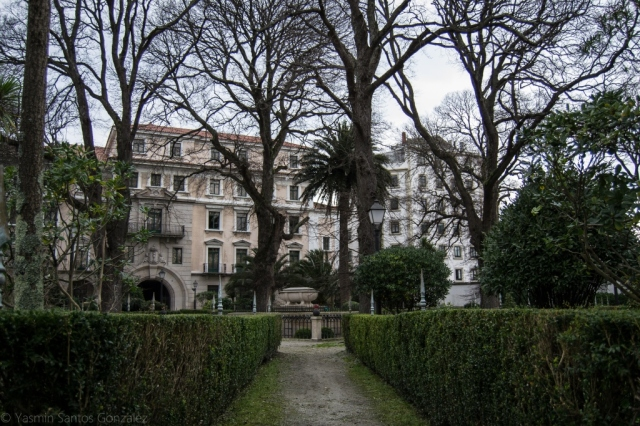 Antiguo baluarte defensivo, su aspecto actual data de 1834, estando presidido el conjunto por el monumento funerario a sir John Moore.