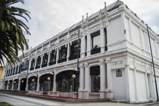Construido en 1912 en un lenguaje modernista el pabellón, símbolo de la arquitectura herculina, fue ampliado en estilo Art Déco y modificado varias veces, destacando especialmente su estructura metálica.