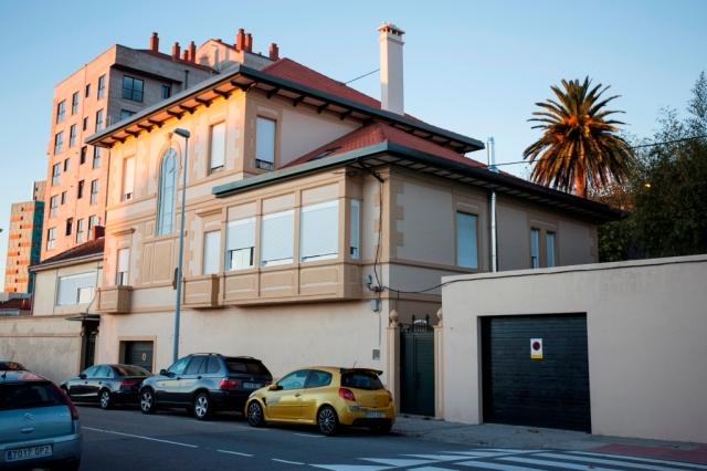 Situada en el Couto, frente al Colegio Hogar, la casa es construida en torno a 1915 por un indiano venido de Cuba.