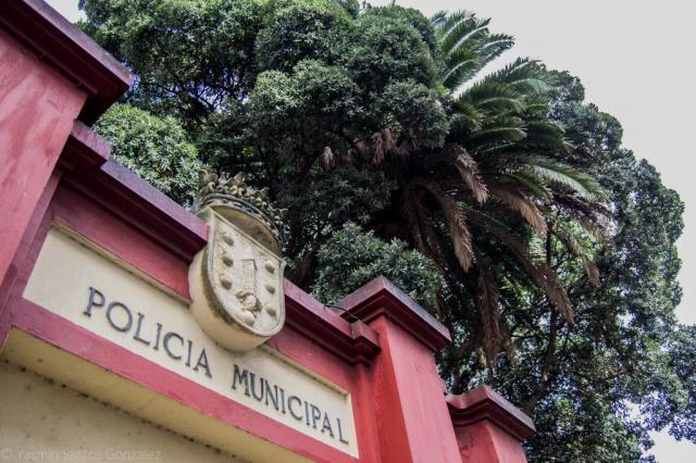 La actual sede de la policía local de la ciudad se encuentra en una pequeña y antigua finca entre las calles Tui, Miguel Servet y San Vicente de Paúl.