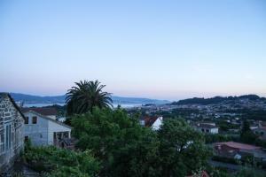 La antigua vivienda, cuyas palmeras contemplan el valle de Coiro con Cangas y la ría de Vigo al fondo, fue demolida, dejando paso a una de nueva factura.