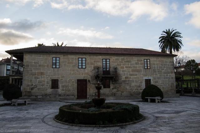 Actualmente propiedad municipal, el pazo fue en el siglo XVIII de la familia Piñeiro y Lago. En 1985 fallecía en el mismo el general Azcárraga, casado con la última dueña del inmueble y guionista de Botón de ancla.