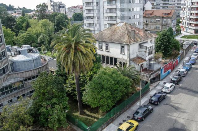A la propiedad se accedía por una puerta de piedra, que el concello traslada a la plaza de Santa Rita al abrir la calle Puerto Rico.