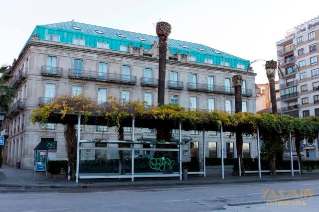 La construcción del inmueble fue promovida por el constructor vigués Benito Gómez González, padre de los célebres arquitectos Benito y Manuel Gómez Román.