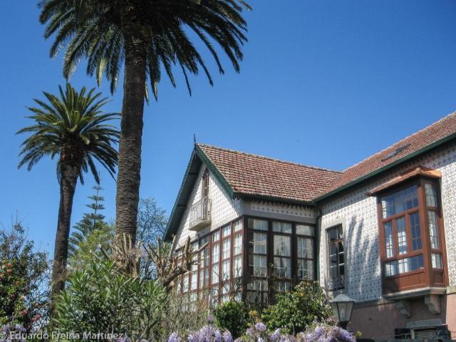 Enclavada en la Alameda de San Miguel, en Tabagón, esta vivienda fue construida en las primeras décadas del siglo XX por José Mª Blanco Gándara a su regreso de Brasil.