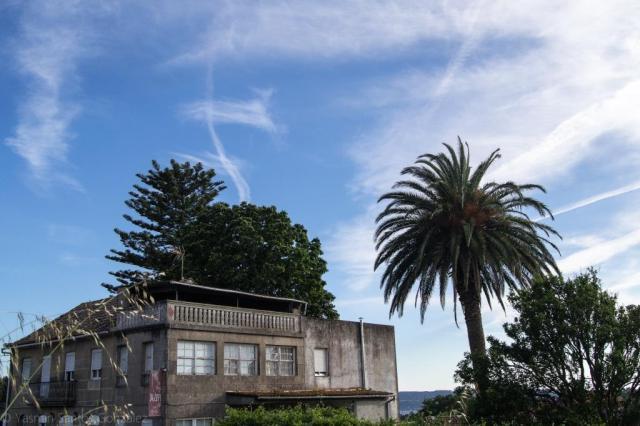 Junto a la carretera que comunica Bueu con Cangas do Morrazo se levanta esta casa cuyos propietarios originales parece llegaron desde Argentina.