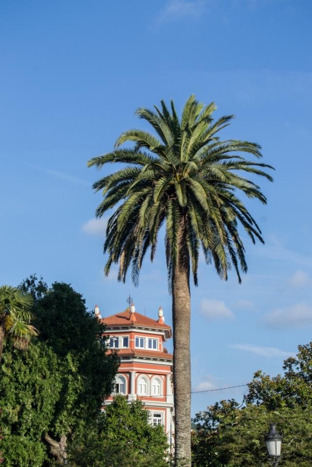 La efigie homenajea al escultor del siglo XVIII, que trabajó en la corte de Fernando VI. Fue promovida por el diputado Romero Ortiz e inaugurada junto con los jardines en 1876.