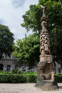 Este Despedida, realizado en granito en 1966 y situado muy próximo a la Alameda, representa a una madre con sus tres hijos contemplando la marcha del marido a la emigración.