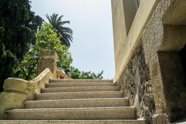 Situada en la rúa de San Roque junto a otras lujosas viviendas indianas la casa, edificada en 1910, combina el estilo ecléctico con el modernismo. Compuesta de semisótano, dos plantas y bajocubierta, en la asimétrica fachada destaca la torre que compone la esquina.