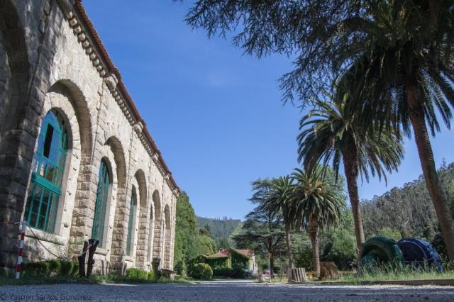 En 1925 la Sociedad Gallega de Electricidad encargaba al arquitecto Antonio Palacios, quien desarrollaba principalmente su obra en la ciudad de Madrid, el diseño de los diversos edificios de la Central Hidroeléctrica del Tambre.