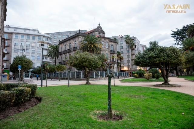 Este imponente palacete urbano está vinculado al indiano Manuel Martínez Bautista. Nacido en 1823 en Pontevedra, en 1840 se embarca hacia La Habana, Cuba, con una carta de recomendación dirigida a Pedro Fernández Villaverde, abriendo en la isla un almacén de vajillas.
