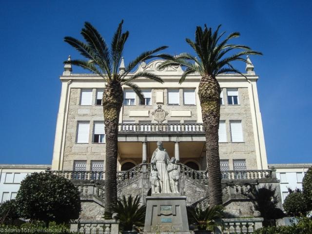 La escalinata de la fachada sur así como la gran terraza se construyeron en 1953 con el diseño de Francisco Castro Represas, mientras que la estatua del fundador de la orden marista, san Marcelino Champagnat, fue erigida tres años más tarde.