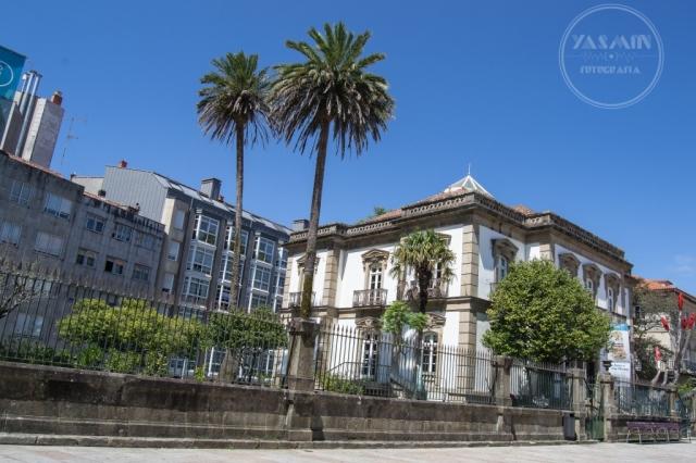 El actual inmueble se ubica en el solar del castillo de los Churruchaos. En 1877 Soledad Méndez Núñez, hermana del célebre marino, encarga al maestro de obras Alejandro Rodríguez-Sesmero el diseño del palacete, primera vivienda de la ciudad con agua corriente.