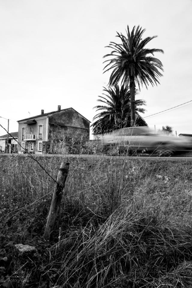Junto a la carretera, en las proximidades de Ribadeo, se encuentra una casa labriega construida en 1830 cuya estructura sencilla de bajo, primera planta y bajocubierta se ve enriquecida con elementos ornamentales que asocian la propiedad a la emigración.