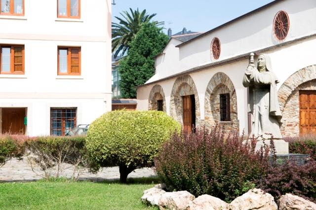 Situado en pleno centro de la villa, muy próximo al ayuntamiento, el origen de la propiedad es un beaterio del siglo XI, transformado en convento en 1366.