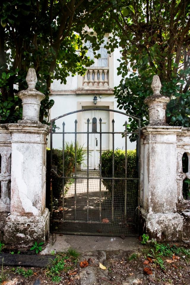 En la parroquia de Perlío podemos observar este curioso conjunto compuesto por dos villas, muy próximas entre sí, levantadas por el indiano Antonio Porto Saavedra.