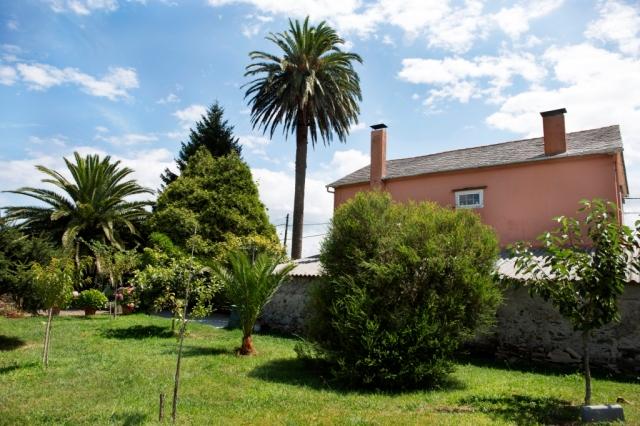En la parroquia de San Adrián de Veiga se encuentra esta casa de estilo ecléctico de extrema sobriedad, compuesta de dos plantas y bajocubierta, abuhardillado en la fachada delantera.