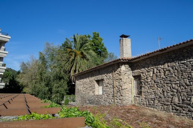 Entre la playa de Compostela y la vía del tren que une Vilagarcía con Carril se encuentra una curiosa propiedad con uno de los jardines botánicos privados más importantes de Galicia.