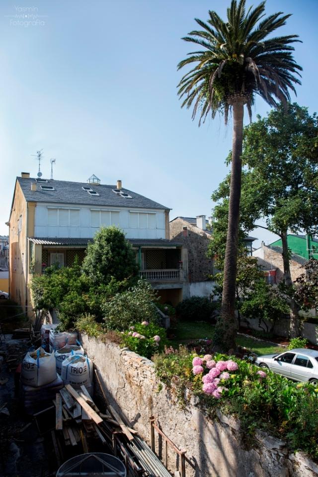 En el centro de la villa de Ribadeo, muy próxima a la Fonte dos Catro Canos se encuentra esta casa de grandes dimensiones, propiedad de los Miranda, familia de honda raigambre ribadense.