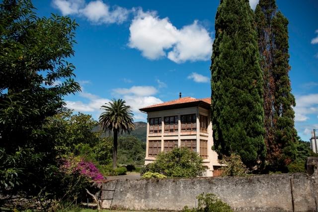 Nos encontramos ante uno de los mejores ejemplos de arquitectura indiana de Galicia, situado en la parroquia de Magazos. Promovida en el año 1927 por el emigrante en Cuba Antonio Pernas Corral, la vivienda es de estilo regionalista, constando de cuatro plantas.
