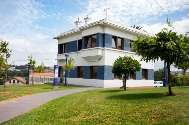 Localizada en A Corveira, Villa Lucinda es uno de los mejores ejemplos de arquitectura racionalista del concello, con elementos decorativos propios del Art Decó, habiendo sido diseñada por Santiago Rey Pedreira y José Caridad Mateo en los años treinta del siglo pasado.