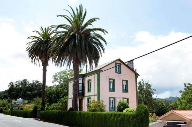 Tiene esta villa la peculiaridad de encontrarse frente a otra de gran porte, Casa de Charo, dado que fueron promovidas aquella por Antonio Rey y ésta por su hermano, ambos emigrados en Cuba.