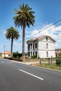 Ubicada justo frente a La Viña, esta casa indiana fue promovida en 1920 por el emigrante en Cuba Antonio Rey. Además de la vivienda, que se dispone en dos pisos y el bajocubierta, existen varias construcciones auxiliares como las cuadras, situadas en la finca trasera.