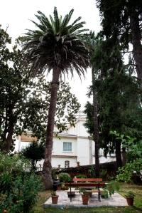 El Pazo se encuentra en el lugar de Bañobre, estando su origen vinculado a Juan Martínez Tenreiro y su esposa María Piñeiro de Lago, y habiendo sido cedido en el año 1940 por parte de los condes de Vigo a la comunidad de las Hijas de Mª Inmaculada para albergar un colegio.