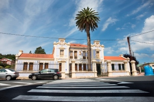El fundador del periódico La Voz de Galicia Juan Fernández Latorre, diputado por Santa Marta de Ortigueira entre los años 1891 y 1912, hizo las gestiones para la construcción de la nueva escuela de la localidad en el año 1908.