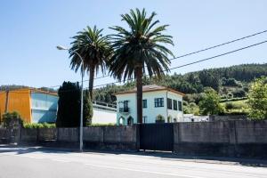 Ubicada en la carretera de Magazos esta casa parece relacionada con la misma familia Pernas que promueve el Chalet de Fondón.