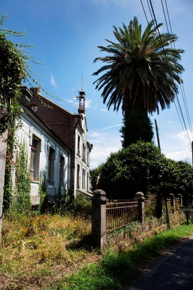 El nacimiento de este grupo escolar se vincula a José Antonio Cornide Crego, emigrante en Cuba y empresario cafetero, quien el 19 de noviembre de 1905 crea la Sociedad de Instrucción San Adrián junto con su hermano.