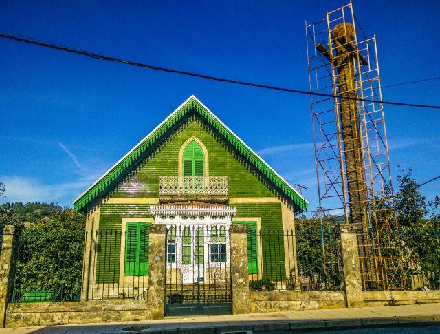 Esta casa de llamativa decoración fue promovida por el médico José Estévez y Clotilde Fernández, conocida como Mamá Clotilde, en el año 1895.