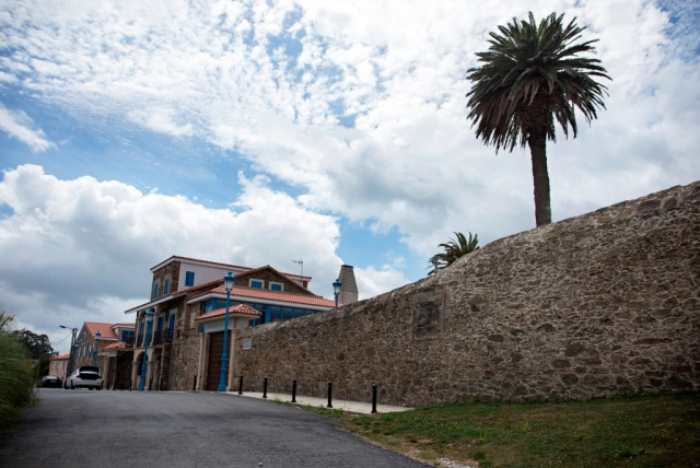 Se encuentra esta propiedad junto a la pista del aeropuerto de Alvedro y ante la carretera nacional.
