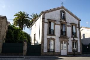 Se alinea esta vivienda en la rúa Vicente Ramos, indiano cuya villa se encuentra a pocos metros de esta.