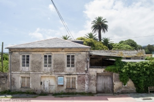 Se sitúa esta villa en la rúa Segundo Moreno Barcia, a las afueras de la localidad, dando su fachada principal a la carretera y disponiendo en la parte trasera de una gran finca e incluso un pequeño río.