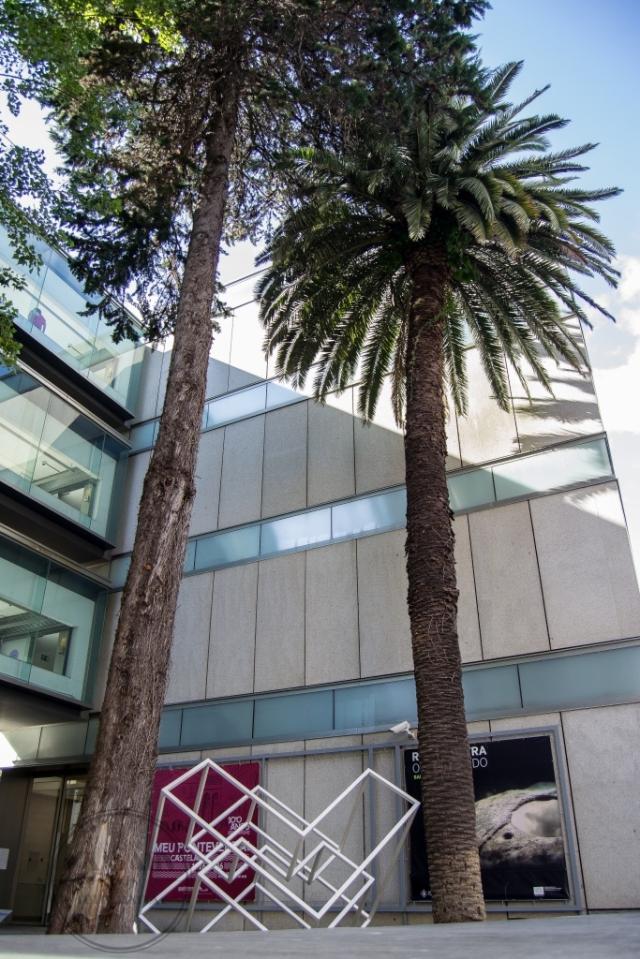 La construcción de este moderno inmueble, proyectado por los arquitectos Eduardo Pesquera y Jesús Ulargui, comienza en el año 2004 disponiendo de más de 10.000 metros cuadrados entre las 23 salas de exposición y el resto de espacios.