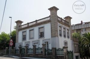 Se levanta esta casa en la rúa Tomás Mirambell de la villa, rodeada en su mayor parte por edificios de nueva factura.