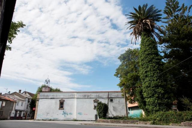 En la rúa Souto, frente a la iglesia parroquial de San Xoán de Filgueira se encuentra esta amplia finca, con una palmera canaria de gran porte en su extremo noroeste.