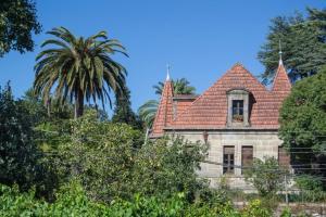 Se encuentra este palacete en una finca de grandes proporciones encerrada entre la carretera nacional que se dirige a Vigo y la vía del tren, en la rúa Subida a la Estación.