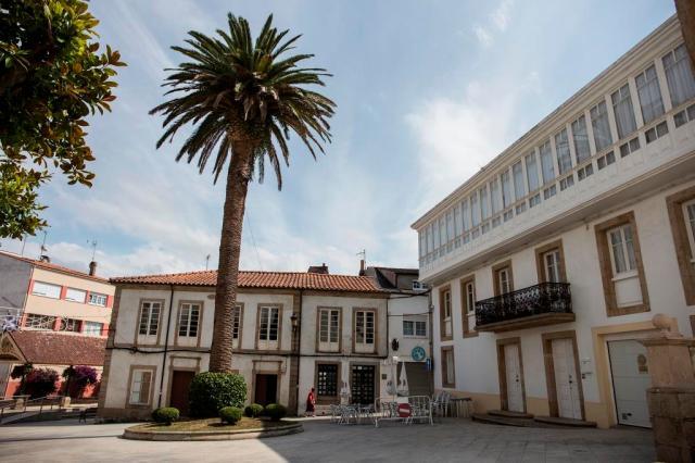 Se encuentra esta plaza ante la iglesia de Santa Marta y el edificio del Concello, en el corazón del casco antiguo.