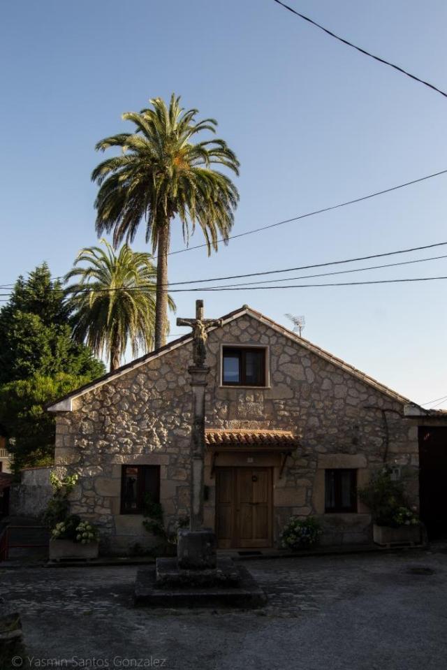 Ocupa esta propiedad una importante extensión en la rúa Porto, a las afueras de Vilagarcía de Arousa. La vivienda principal da a la carretera, teniendo frente a ella un cruceiro y al lado un lavadero, que podrían ser fundaciones realizadas por los propietarios de la finca.
