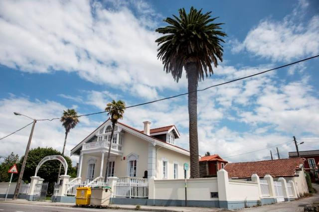 Recibe su nombre esta vivienda, situada en la carretera de la Palma, de una florista que residía en la misma, si bien fue promovida por Víctor Borrás. De planta casi cuadrada y pequeño tamaño, la vivienda se distribuye en tres alturas.
