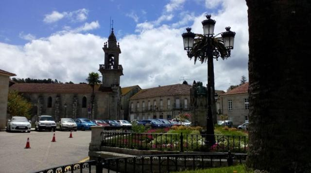 Ocupa este espacio el núcleo de la localidad junto con la contigua Plaza de España. Homenajea al sacerdote Domingo Blanco Lage, descubridor de las aguas de Mondariz hacia el año 1862.