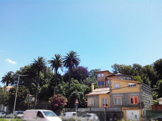 Estamos ante una edificación relativamente moderna ubicada junto al mar en la Avenida Valle Inclán, muy próxima al casco urbano de Vilagarcía de Arousa.