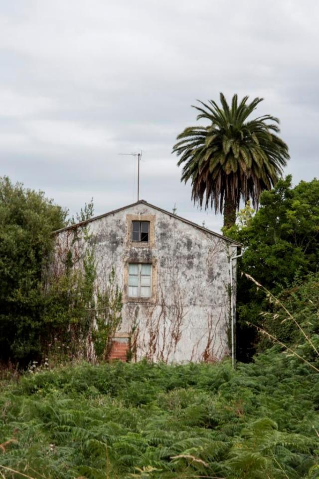 Nos encontramos ante una casa de campo de relativa sencillez, situada al pie de la carretera que une Oleiros y Sada, en la parroquia de Osedo.
