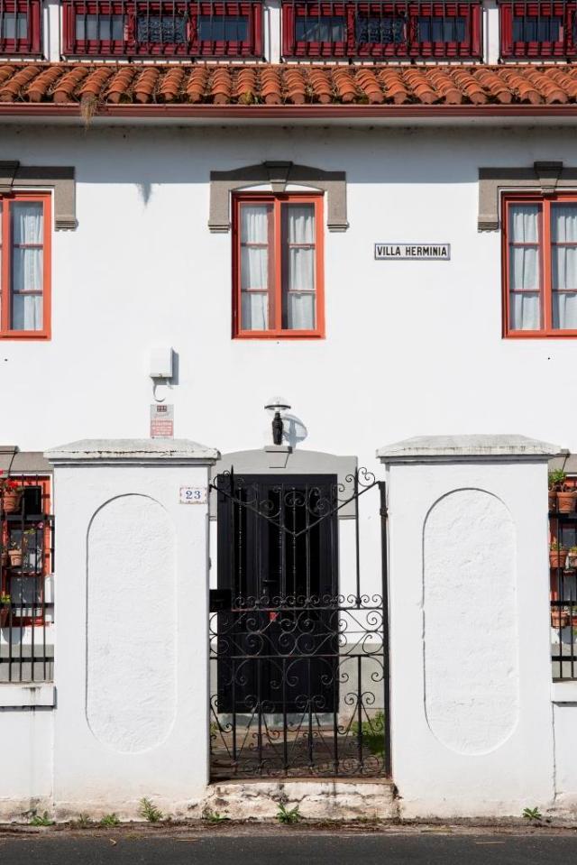A las afueras de Valdoviño, a medio camino en la carretera que comunica este ayuntamiento con el de Cedeira, se encuentra esta singular casa.